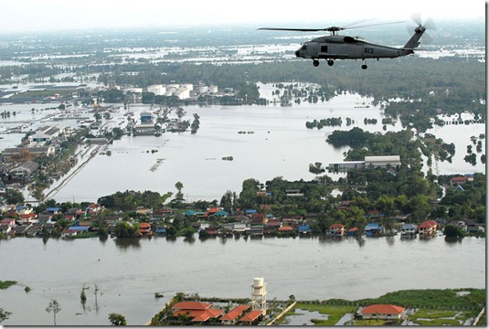 800px-Helicopter_survey_of_flooding_in_suburban_Greater_Bangkok,_22_October_2011